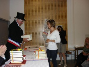 Remise de son prix à Vinciane par le Docteur Abrines, Maire de La Farléde