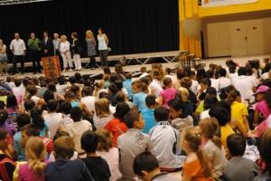 Une foule d'enfants pour Jean Aicard