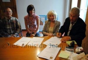 André remet officiellement certains de ses documents concernant Jean Aicard à la municipalité de Solliès Ville en présence De M. Castel alors premier adjoint, maire actuel de la commune