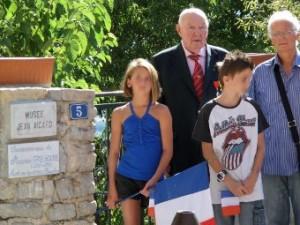 Jean Rogier et M. Confortini époux de Monique Grégoire devant le musée Jean Aicard